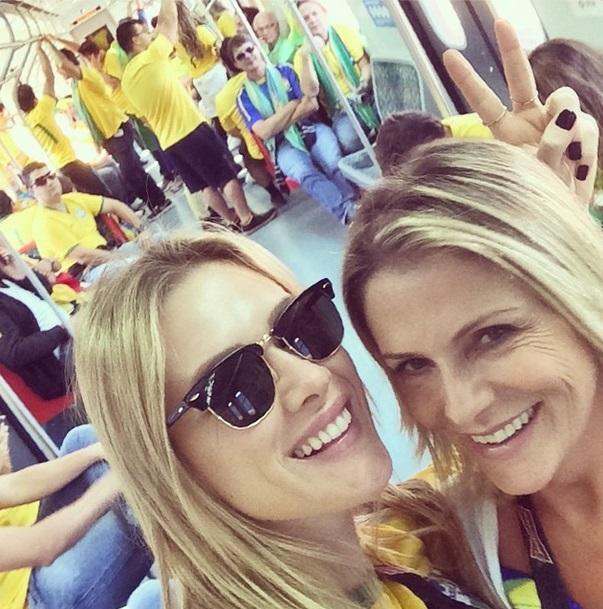 A atriz Fiorella Mattheis e a mãe utilizando o metrô de São Paulo a caminho do Itaquerão.