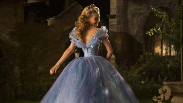 A atriz Lily James como Cinderela