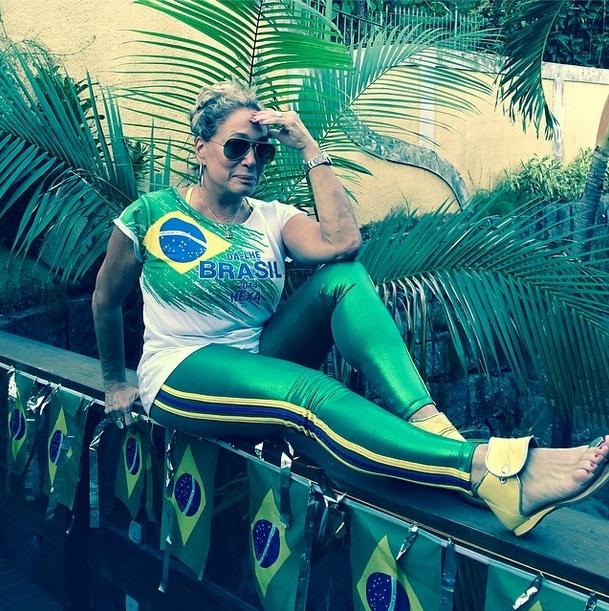 A atriz Susana Vieira escolhe look verde e amarelo para torcer para o Brasil na Copa do Mundo 2014.