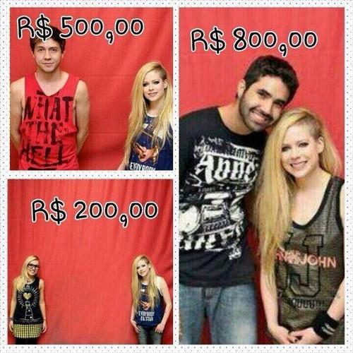 Meme brinca com o fato de fãs brasileiros terem desembolsado 800 reais para ter direito a tirar foto com Avril Lavigne