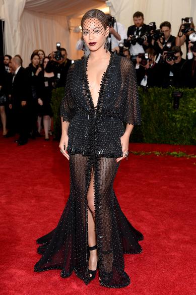 A cantora Beyoncé usa longo transparente Givenchy