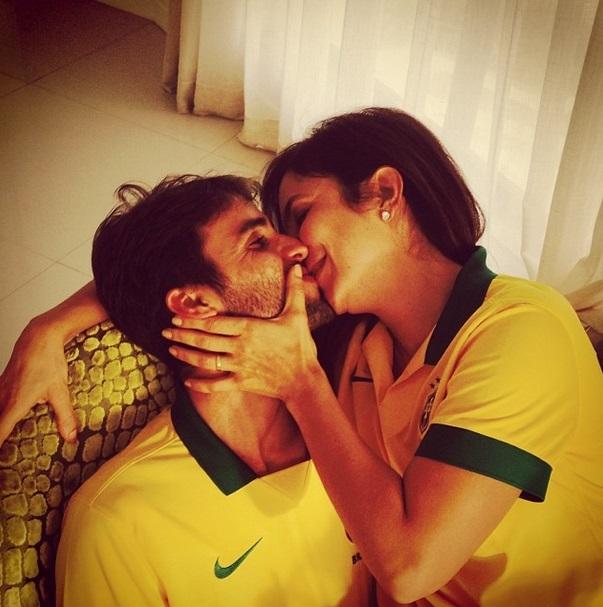 A cantora Ivete Sangalo e o marido vestem a camisa da Seleção Brasileira.