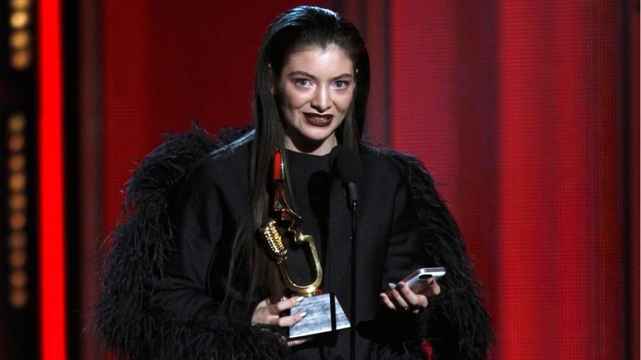 A cantora Lorde aceita prêmio noBillboard Music Awards 2014