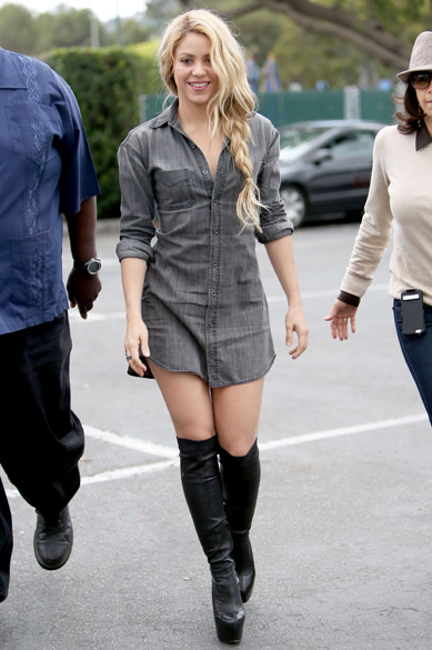 A cantora Shakira aparece de camisa e bota nas gravações do reality The Voice