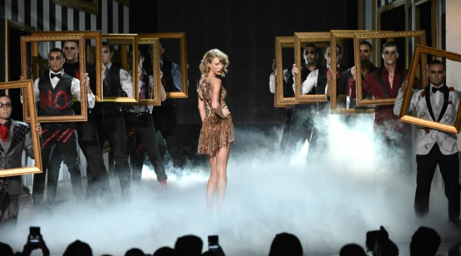 A cantora Taylor Swift se apresenta durante a cerimônia do American Music Awards 2014