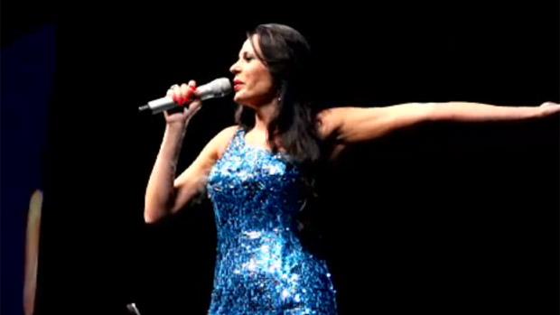A empresária Cozete Gomes, que procurou ajudar Aeileen a se tornar cantora, anuncia a sua entrada no palco do Skyline Hall