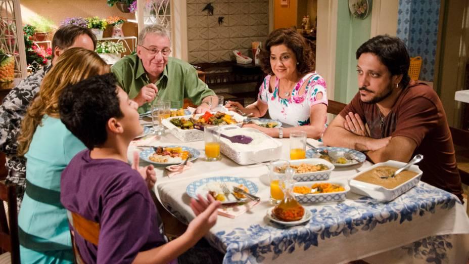<br><br>  Família reunida para comer o tradicional cozido, agora feito por Bebel (Guta Stresser) e Nenê (Marieta Severo).