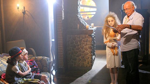 A menina-fantasma Anna Lyvia Padilha é dirigida por Reynaldo Boury em cena de Carrossel