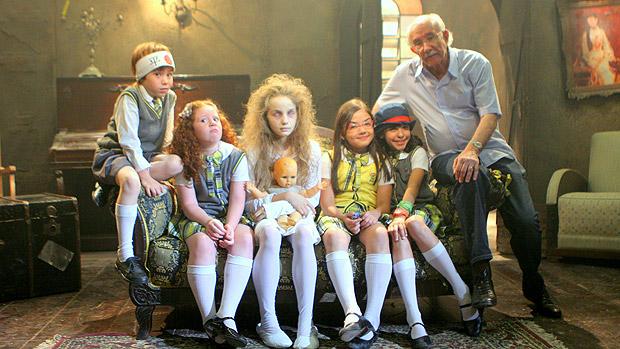 A menina-fantasma aparece para estudantes da Escola Mundial, em Carrossel, para justificar o quadro do programa Silvio Santos