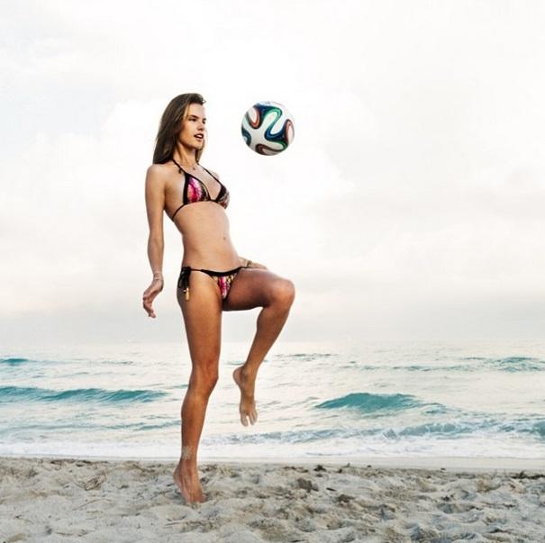 A modelo Alessandra Ambrosio afirma em legenda: Estou aquecendo pra assistir o primeiro jogo da Copa do Mundo.