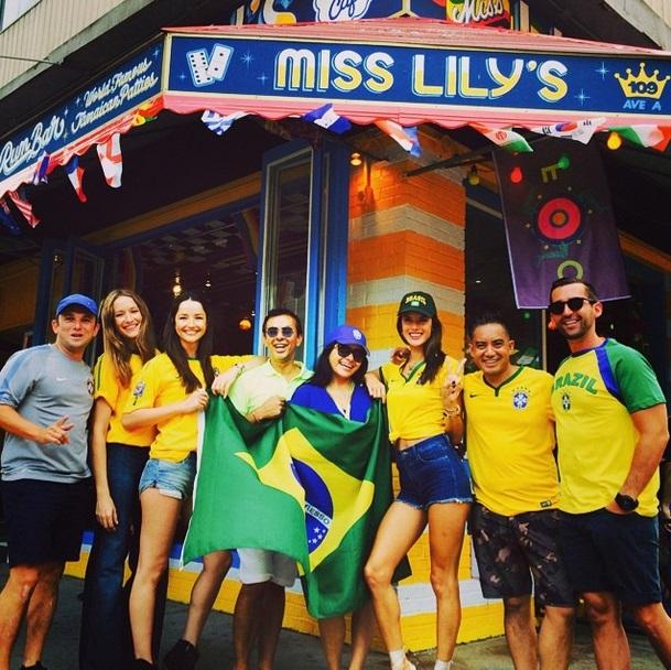 A modelo Alessandra Ambrosio torce para o Brasil com amigos em Nova York