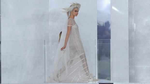 A modelo Cara Delevingne desfila para aChanel na semana de moda de alta-costura deParis Primavera/Verão 2014