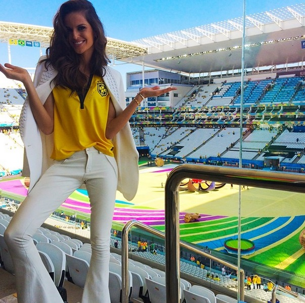 A modelo Izabel Goulart posa no Itaquerão.