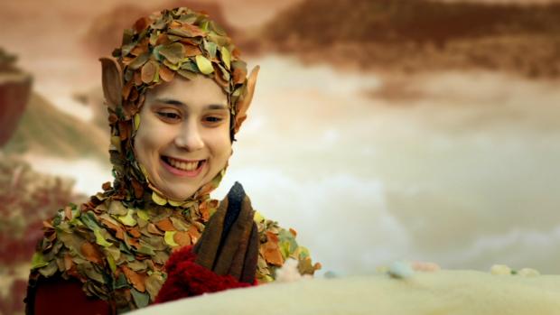 A atriz Daphne Bozaski, interpretando a personagem Lali em Que Monstro Te Mordeu?, da TV Cultura