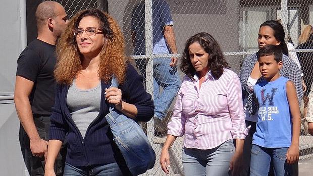 A traficante Wanda (Totia Meirelles) foge da prisão com perucão