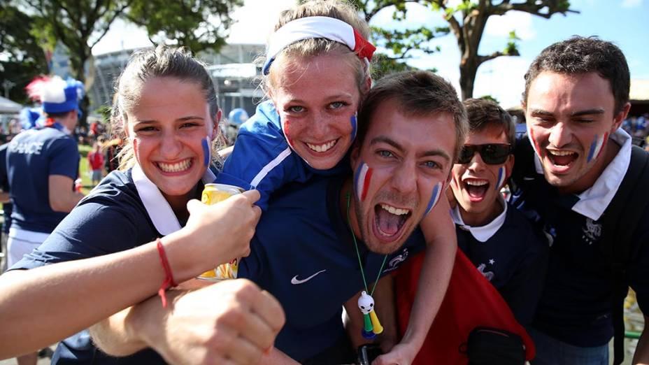 Torcedores da França antes do jogo contra a Suíça na Arena Fonte Nova, em Salvador
