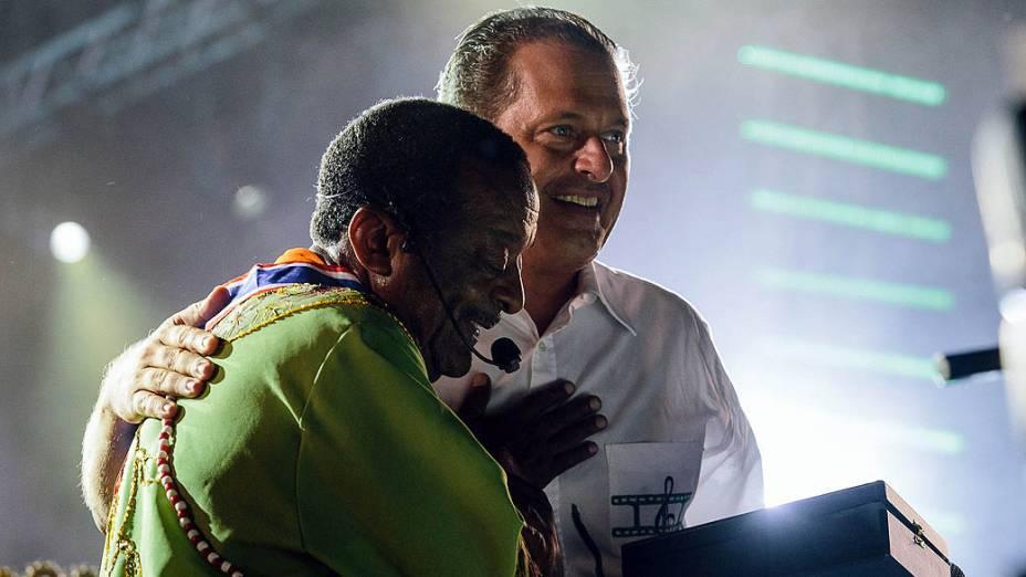 O governador Eduardo Campos recebe o percussionista Naná Vasconcelos, na abertura oficial do Carnaval 2013 de Recife