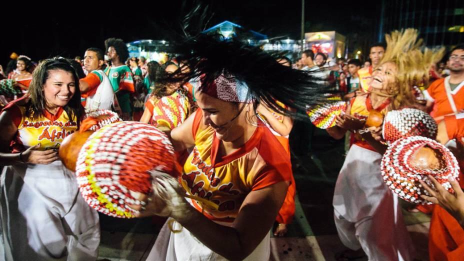 Batuqueiros acompanham o percussionista Naná Vasconcelos no show de abertura do Carnaval de Recife