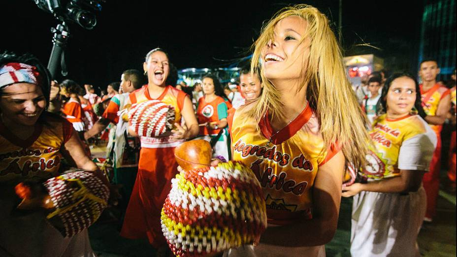 Batuqueiros que acompanham o percussionista Naná Vasconcelos durante a Abertura do Carnaval de Recife