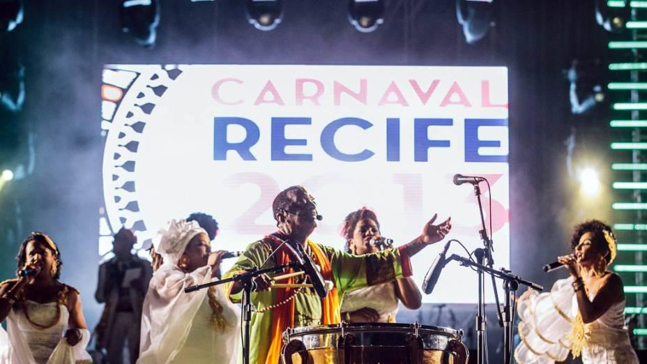 Naná Vasconcelos abre o Carnaval do Recife, acompanhado de 500 batuqueiros de maracatu