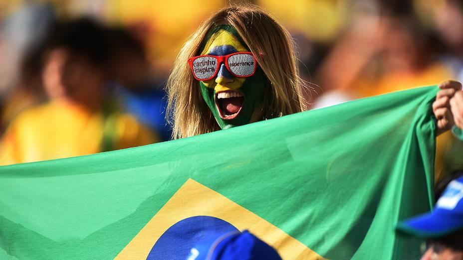Torcedora do Brasil vibra na abertura da Copa do Mundo no Itaquerão, em São Paulo