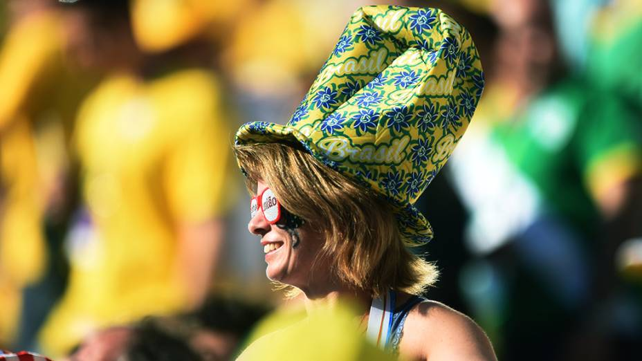 Torcedora assiste à cerimônia de abertura da Copa do Mundo no Itaquerão, em São Paulo