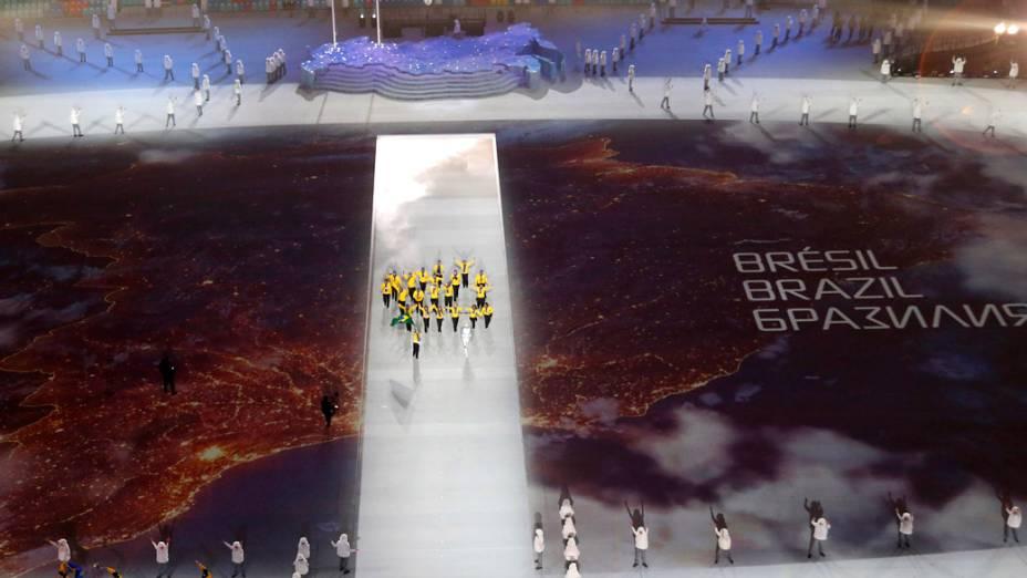 Delegação brasileira desfila durante a cerimônia de abertura dos Jogos de Inverno de Sochi, na Rússia