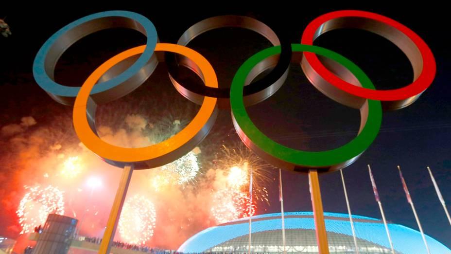 Fogos de artifício sobre o Parque Olímpico durante a cerimônia de abertura dos Jogos Olímpicos de Sochi, na Rússia