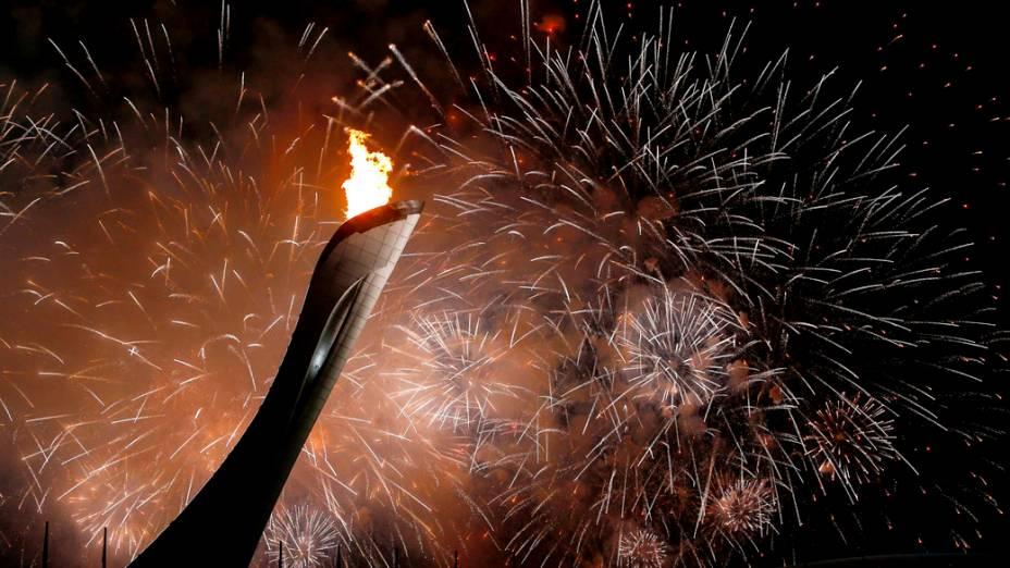 Fogos de artifícios atrás da pira olímpica durante a cerimônia de abertura dos Jogos de Inverno de Sochi, na Rússia