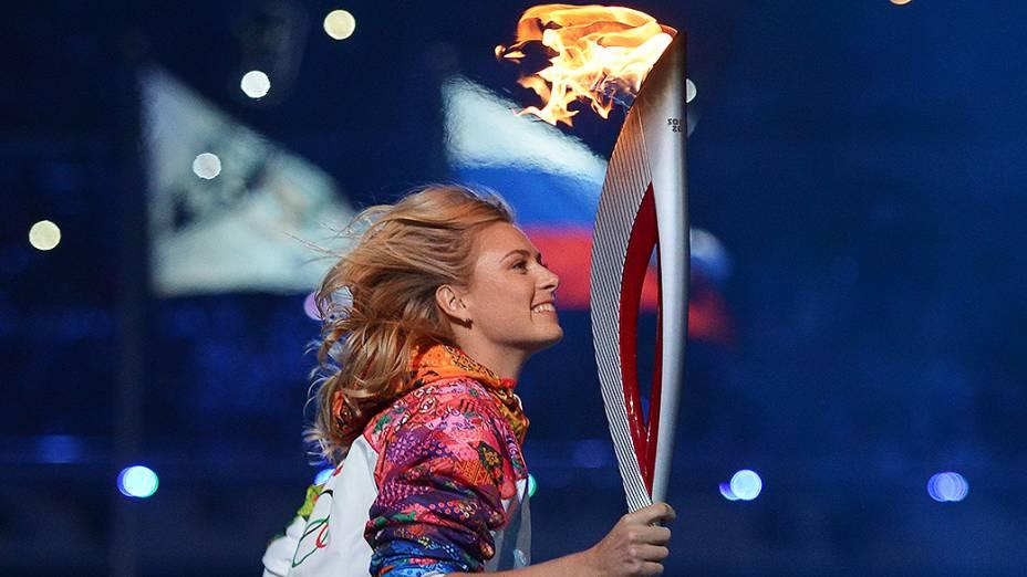 A tenista Maria Sharapova leva a tocha olímpica durante a cerimônia de abertura dos Jogos de Inverno, em Sochi