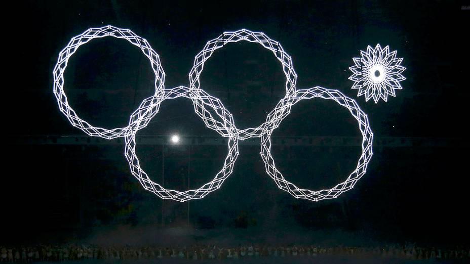 Um dos anéis olímpicos não abre por uma falha mecânica, durante a abertura das Olimpíadas de Inverno de Sochi, na Rússia