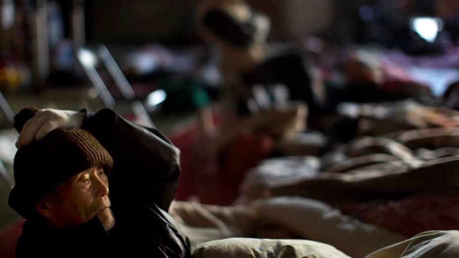 Homem em um abrigo na cidade de Kesennuma, Japão
