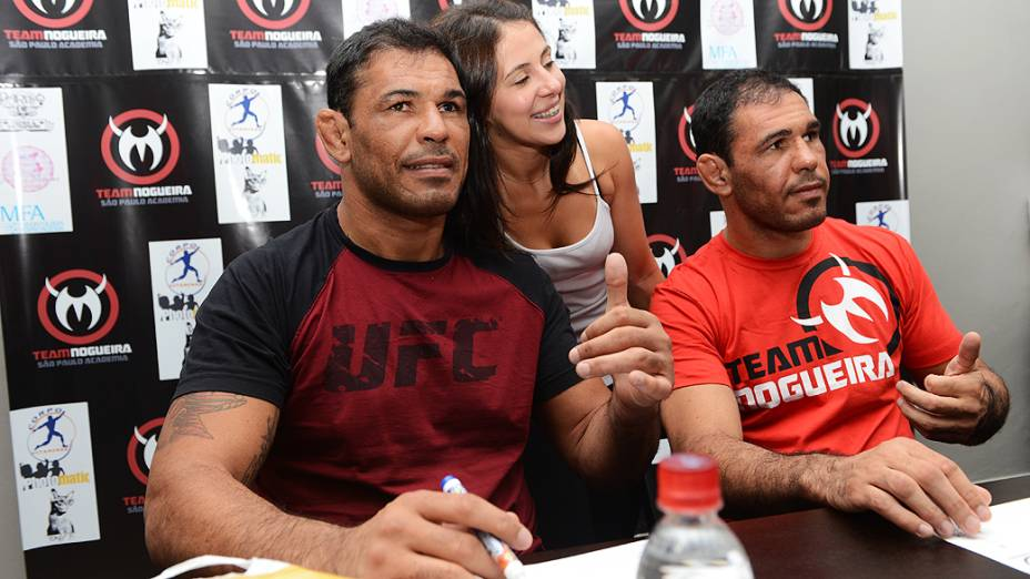 Os fãs aproveitaram a inauguração para pedir autógrafos e fotos aos lutadores