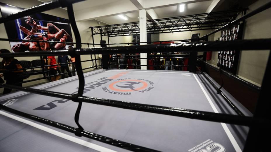 A academia conta com ringue e octógono em tamanhos oficiais