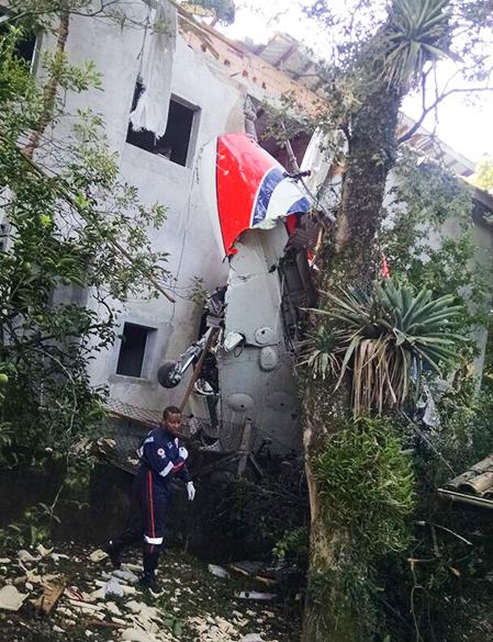 Destroços do helicóptero são vistos sobre um imóvel na Grande São Paulo