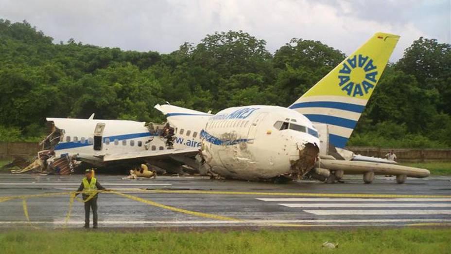 No aeroporto da ilha de San Andrés, na Colômbia, uma aeronave foi atingida por um raio quando pousava e se partiu em três pedaços. Apenas uma pessoa morreu e 120 se feriram
