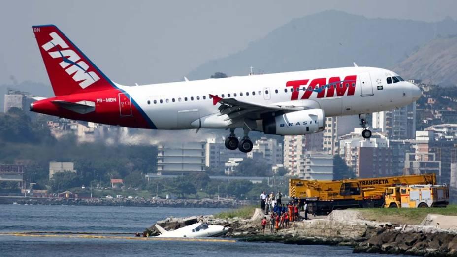 No Aeroporto Santos Dumont, no Rio de Janeiro, um avião caiu na Baía de Guanabara.  Havia três pessoas a bordo, que foram resgatadas com vida e sem ferimentos graves. Segundo a Infraero, um pneu da aeronave estourou no momento da aterrissagem