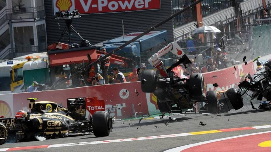 O piloto francês da Lotus Romain Grosjean se envolve em acidente com a Ferrari de Fernando Alonso e a Mercedes de Lewis Hamilton no GP da Bélgica