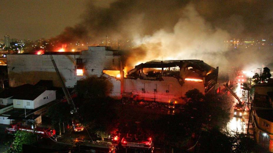 Terminal de carga da TAM em chamas após acidente com Airbus da companhia perto do Aeroporto de Congonhas, em São Paulo
