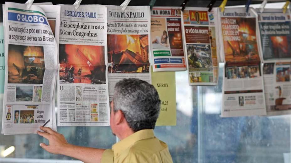 No dia seguinte, leitor observa jornais com notícias sobre o acidente
