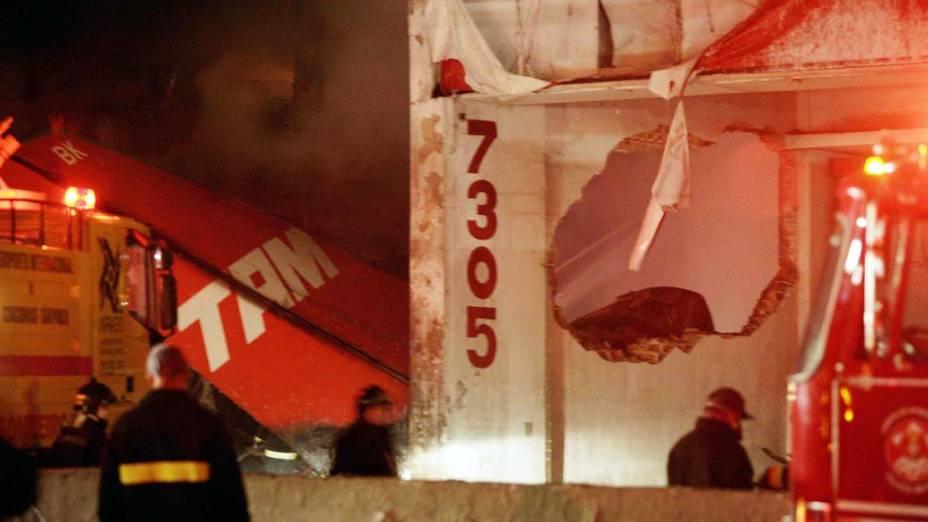 Bombeiros trabalham no resgate de vítimas do acidente com o avião Airbus A-320, da TAM, em 2007