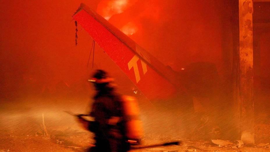 Cauda do avião da TAM, que caiu perto do Aeroporto de Congonhas, em São Paulo