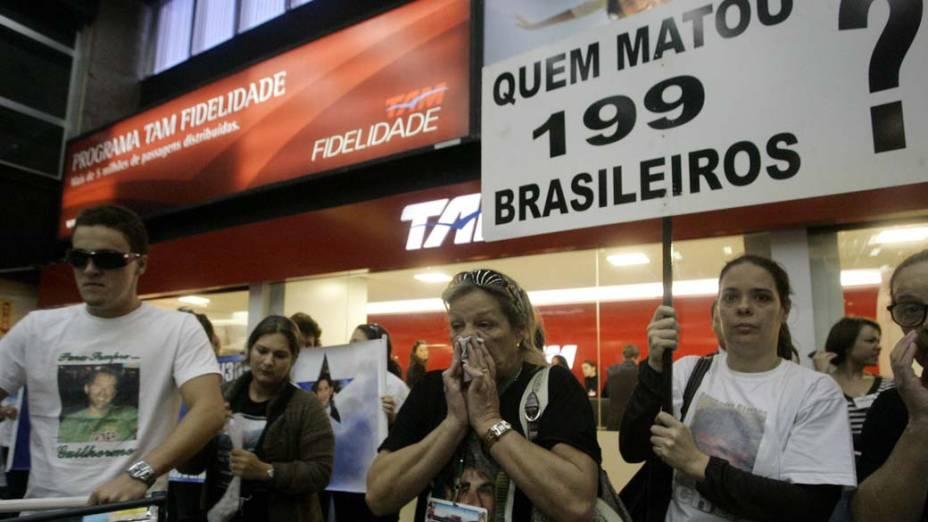 Parentes e amigos se emocionam durante ato em homenagem as vítimas do voo 3054 da TAM, realizado no saguão do aeroporto de Congonhas, em 2008