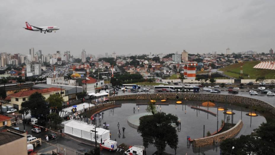 Aeronave da TAM sobrevoa a praça durante inauguração da Praça Memorial 17 de Julho no Campo Belo, São Paulo