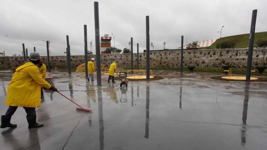 Operários trabalham nos últimos preparativos do Memorial 17 de Julho, em homenagem as 199 vítimas do acidente com o Aribus da TAM