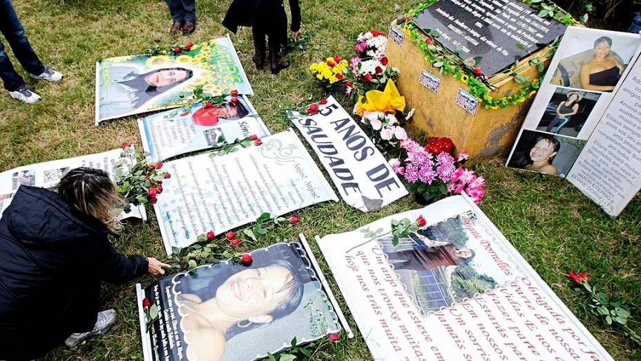 Em Porto Alegre, amigos e familiares homenageiam as vítimas do acidente da Tam