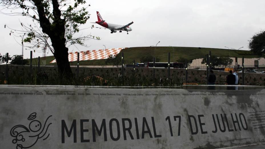 Fonte na praça durante inauguração da Praça Memorial 17 de Julho no Campo Belo, São Paulo