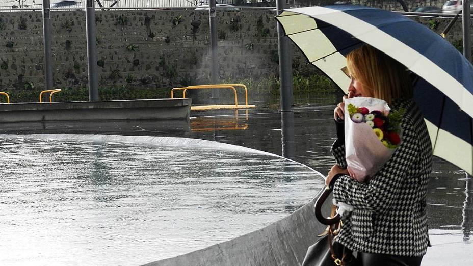 Malu Gualberto, esposa do Gerente da TAM Express, Antonio Gualberto Filho, morto aos 56 anos, presta homenagem durante inauguração da Praça Memorial 17 de Julho no Campo Belo, São Paulo