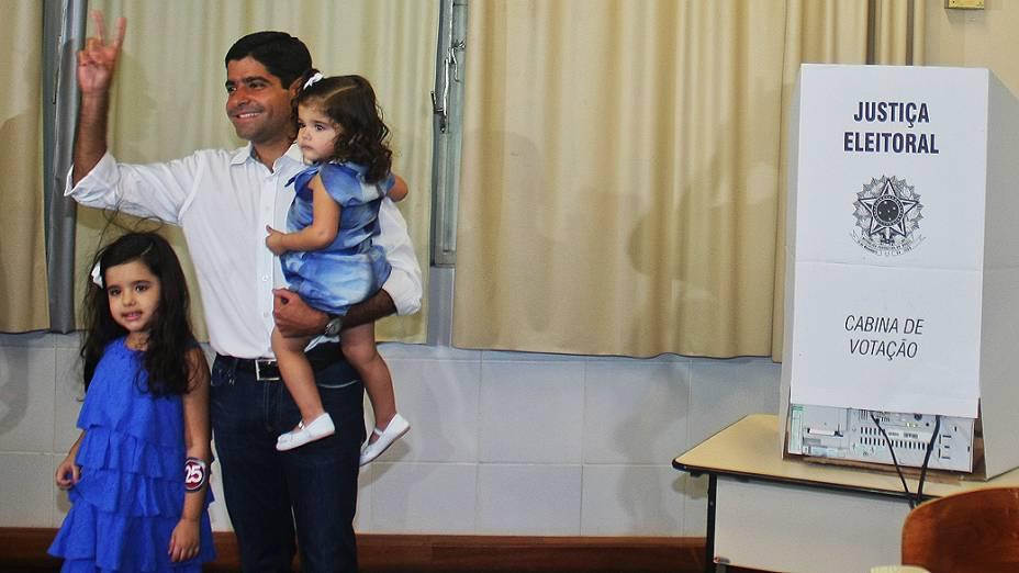O candidato à prefeitura de Salvador pelo DEM, ACM Neto, votou neste domingo (28), na Faculdade de Administração da Universidade Federal da Bahia (Ufba), em Salvador