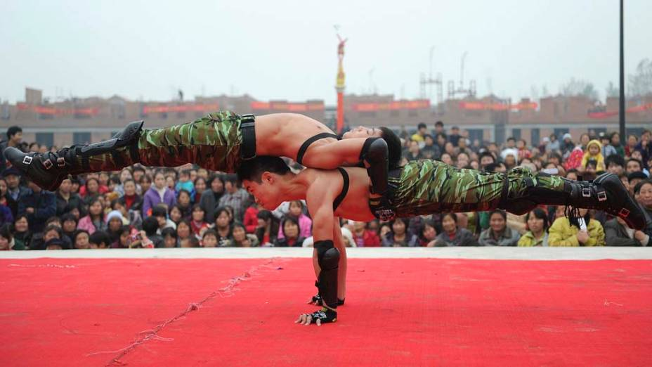 Acrobatas durante apresentação em festival no condado de Linquan, na província de Anhui, na China